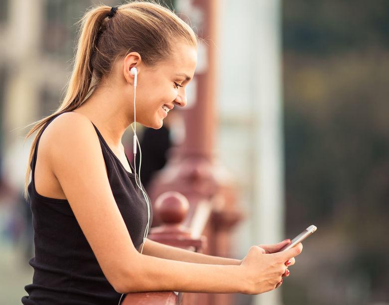 menina com celular
