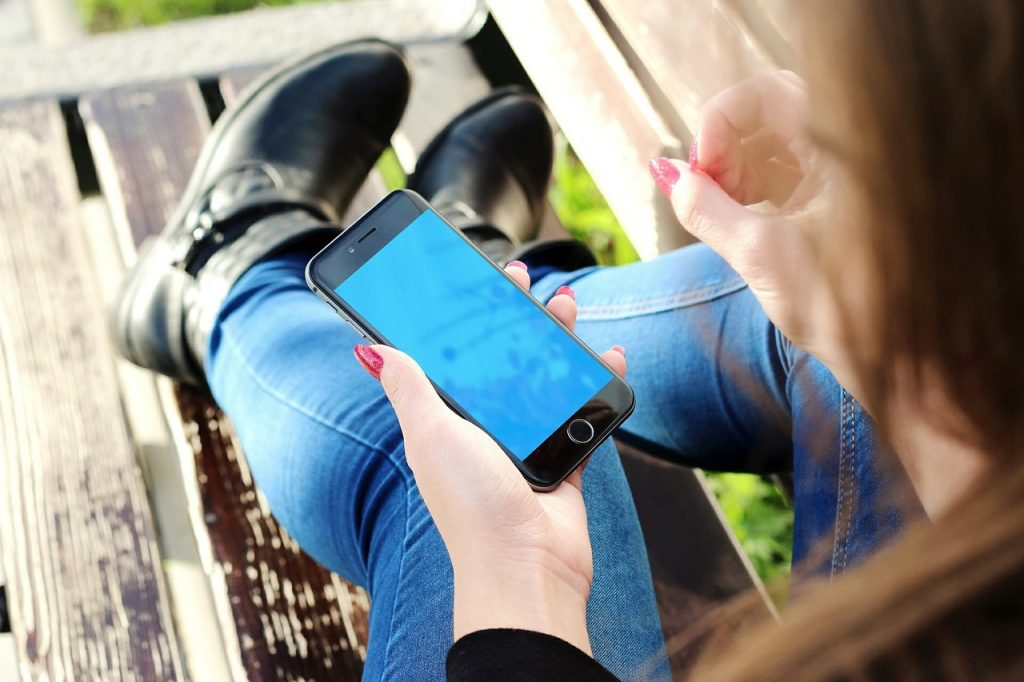 Menina com iphone