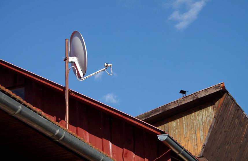 Antena en techo rojo