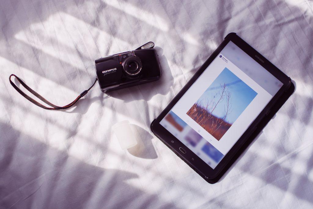 tablet e câmera na cama