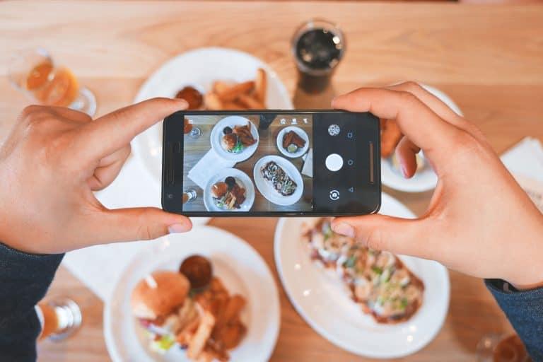 Tirando uma foto da comida