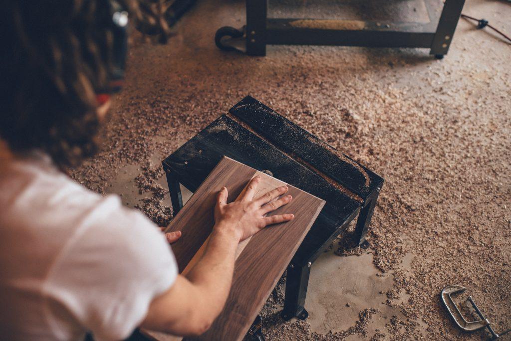 homem que trabalha com madeira