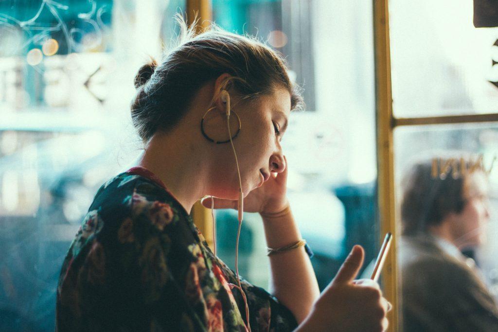 garota em transporte público