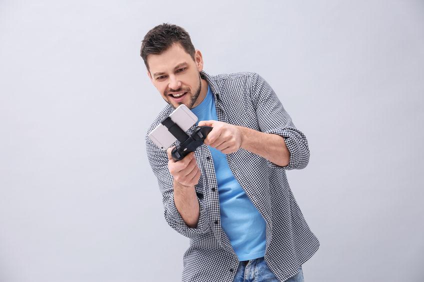 rapaz com controle para celular