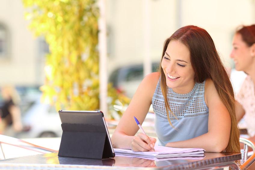 menina estudando em um tablet