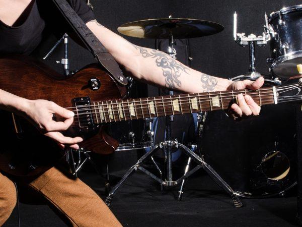 plaguin rock em uma guitarra elétrica