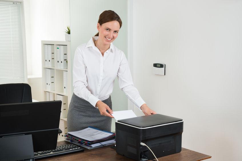 secretária imprimindo um documento
