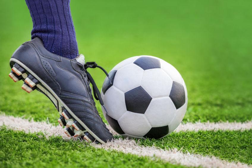 Atire uma bola de futebol
