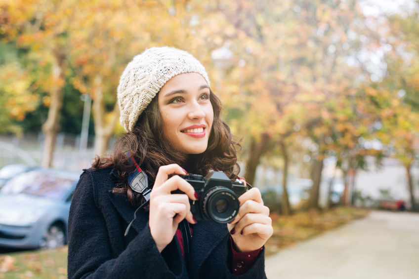 menina tirando fotografias