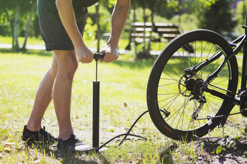 Inflar o pneu de uma bicicleta.
