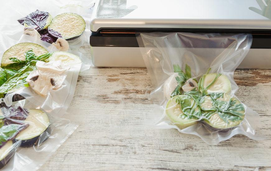 Vegetais crus e cogumelos em embalagem a vácuo.