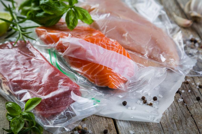 Carne, frango e salmão em saco plástico a vácuo