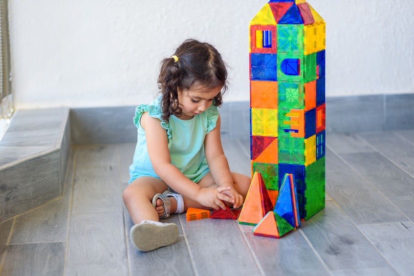 menina brincando com brinquedos