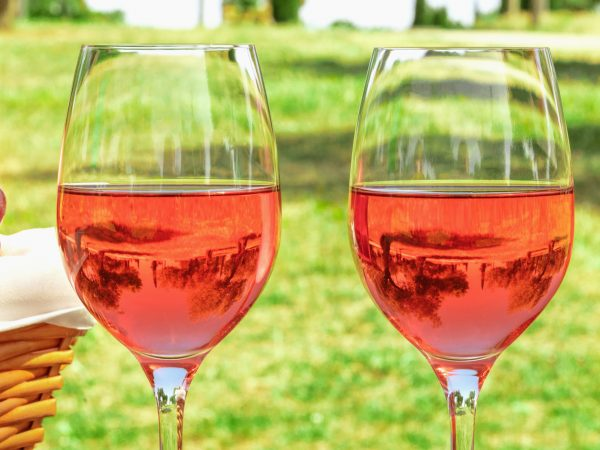 duas taças de vinho.