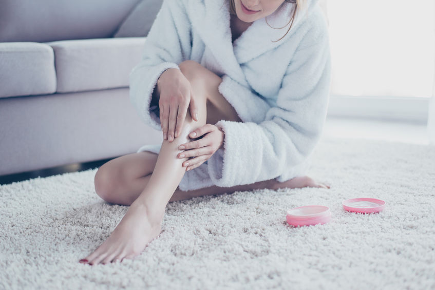 garota aplicar creme nas pernas