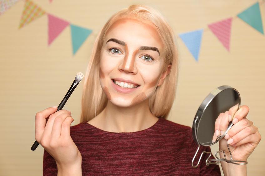 garota aplicando maquiagem