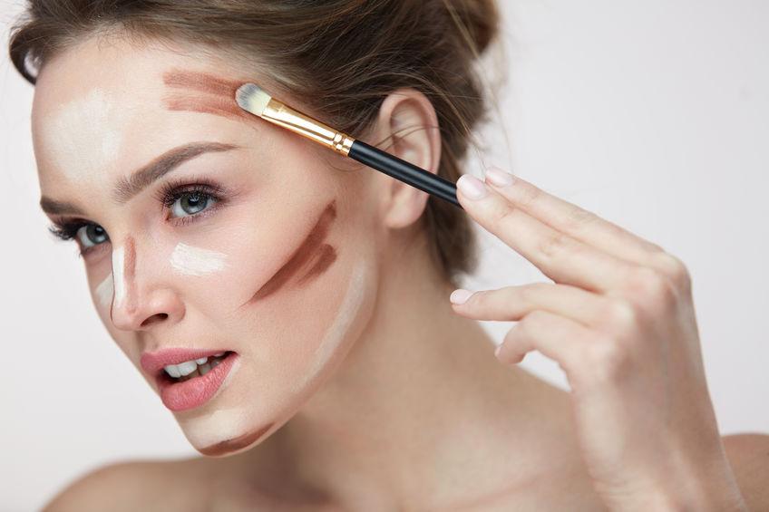 garota aplicar maquiagem contorno