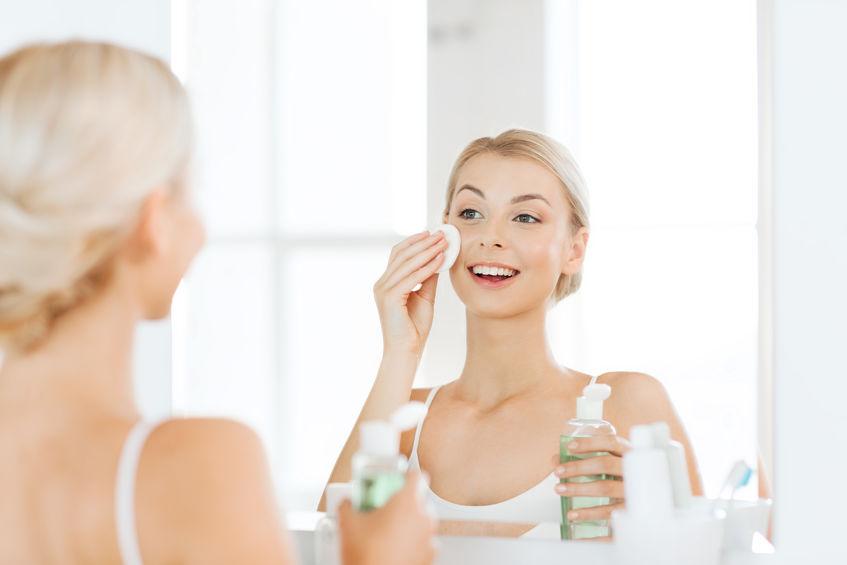 menina loira aplicando tônico facial