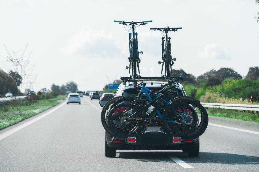 carro com muitas bicicletas em seu bicicletário