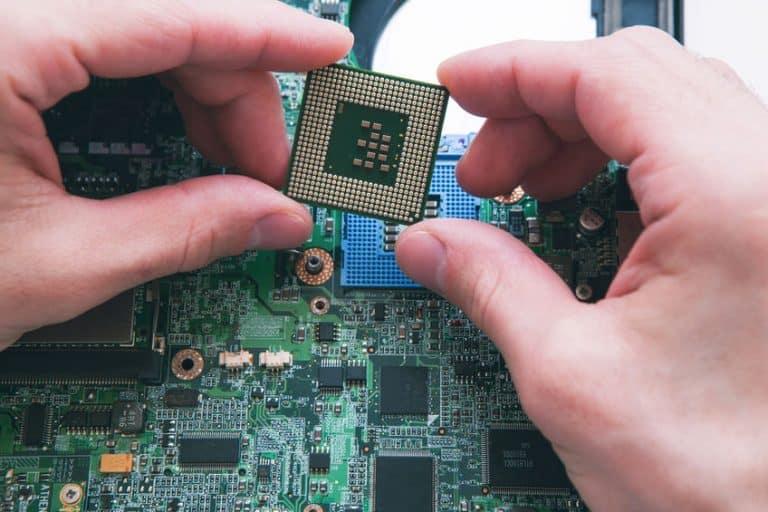 Técnico observando um processador
