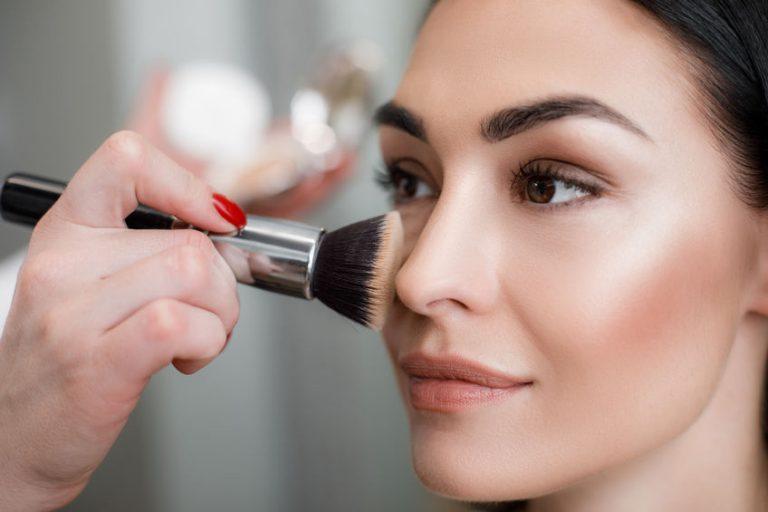 girl putting a make up