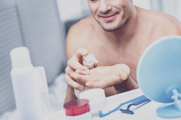 Hombre con espuma de afeitar