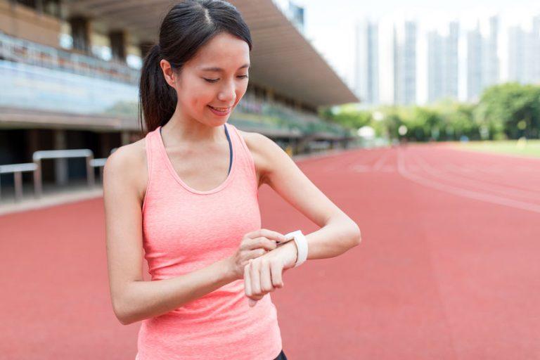niña corriendo y controlando su ritmo cardíaco