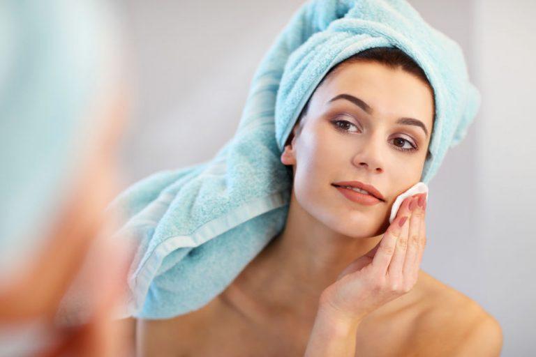 mujer usando toallas en la cabeza