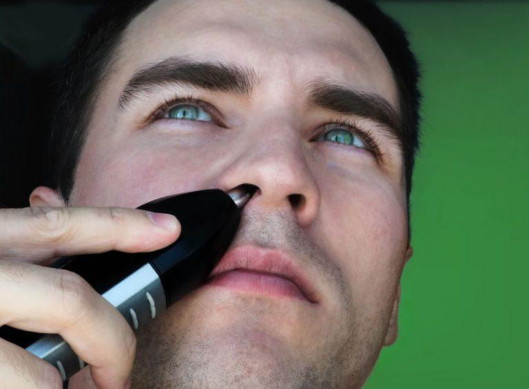 hombre afeitándose la nariz