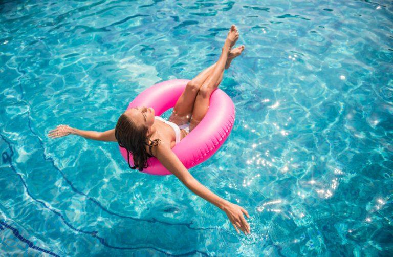 Mujer flotando en una piscina