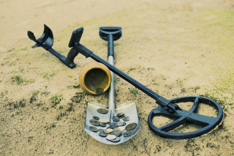 Detector de metal com objetos encontrados