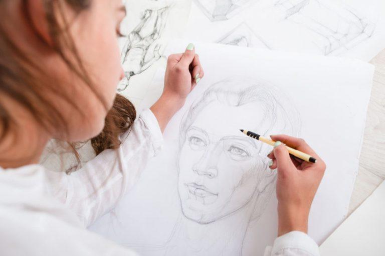 Mulher desenhando