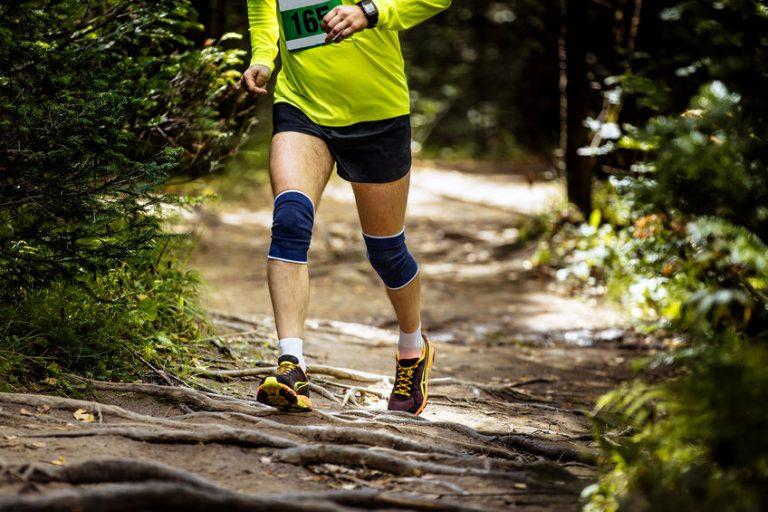 Homem correndo com uma joelheira