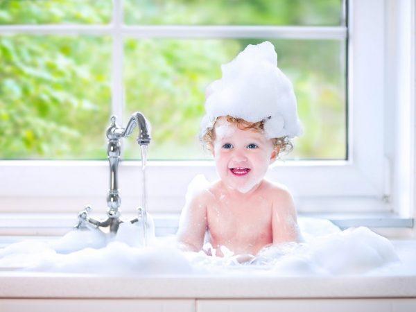 bebê com shampoo na cabeça