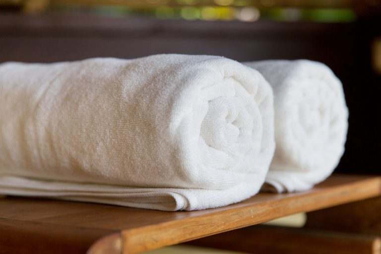 toallas blancas en un baño