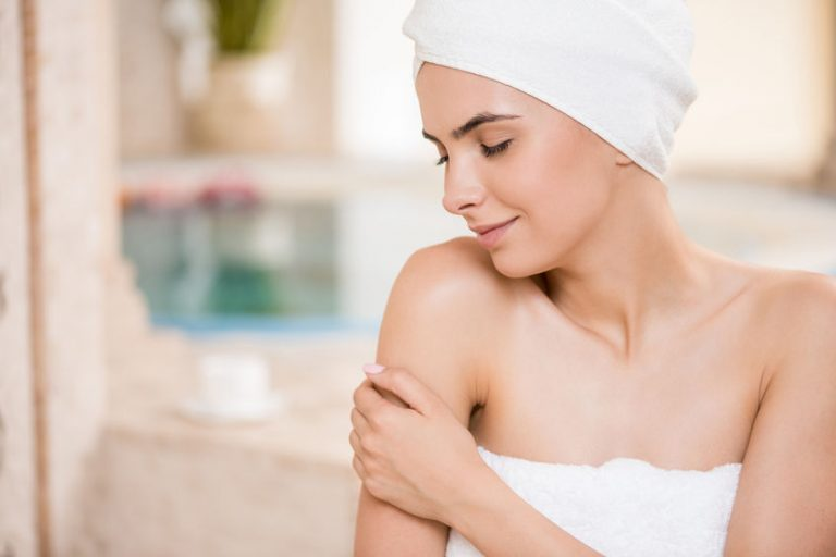 mujer con toallas