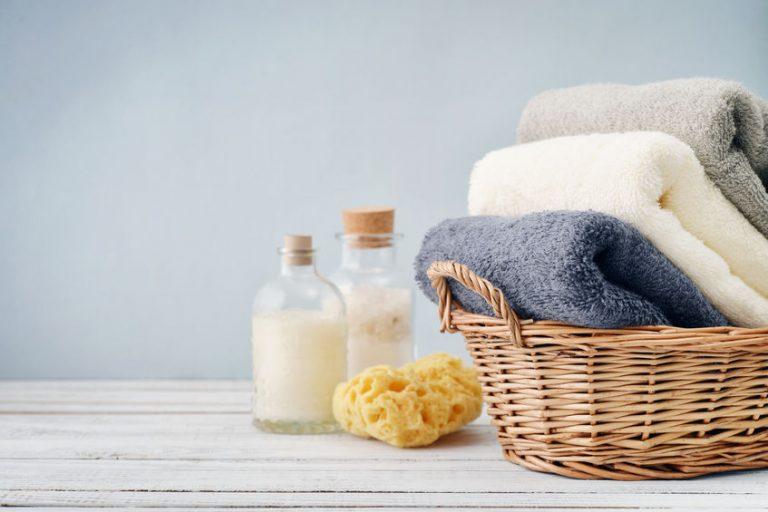 toallas en una canasta