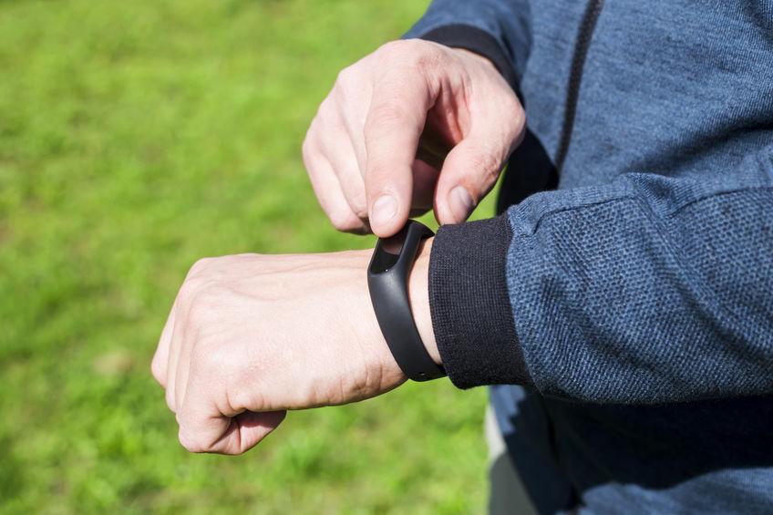 homem consultoria smartband ao ar livre