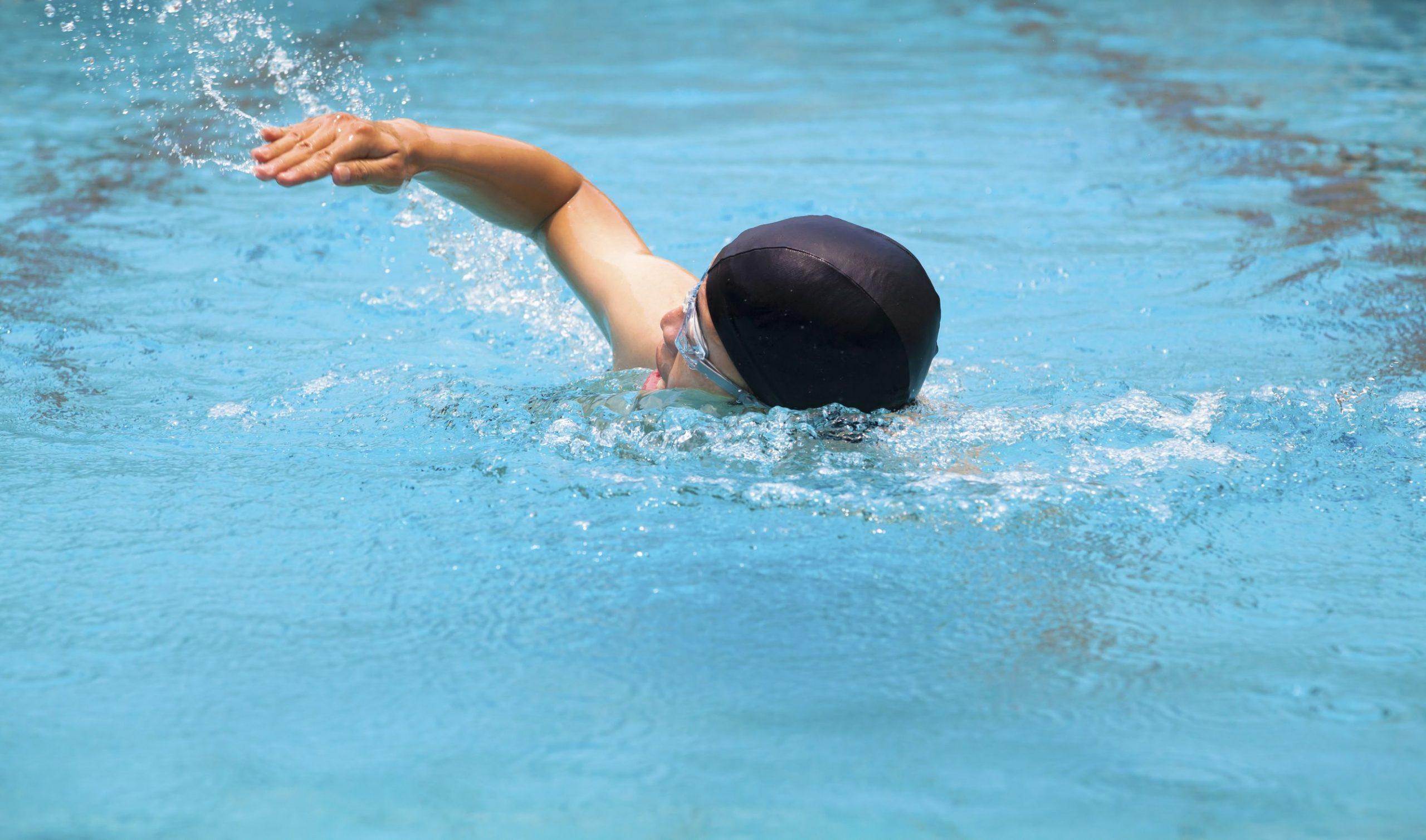 Hombre nadando estilo libre