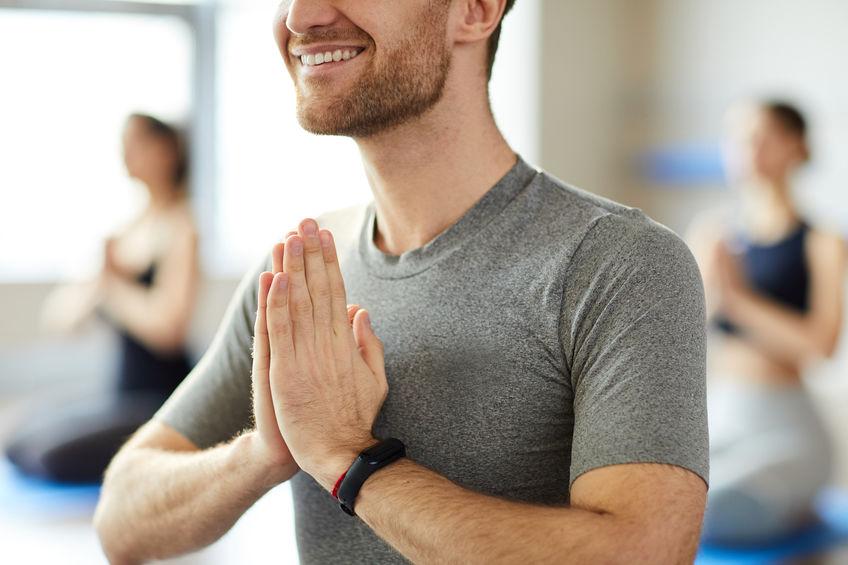 homem praticando ioga com smartband