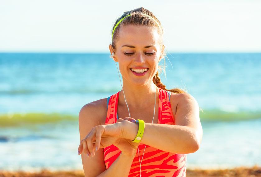 Mulher com smartband na praia
