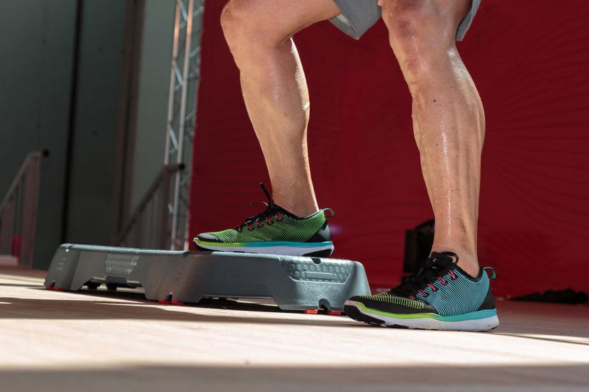 Imagem do homem exercitando as pernas