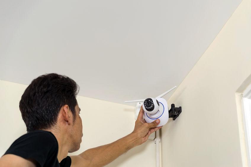 Técnicos estão instalando uma câmera de cctv sem fio
