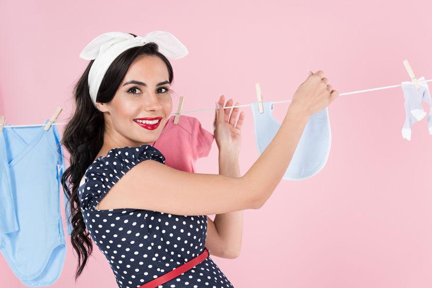 menina roupas de secagem