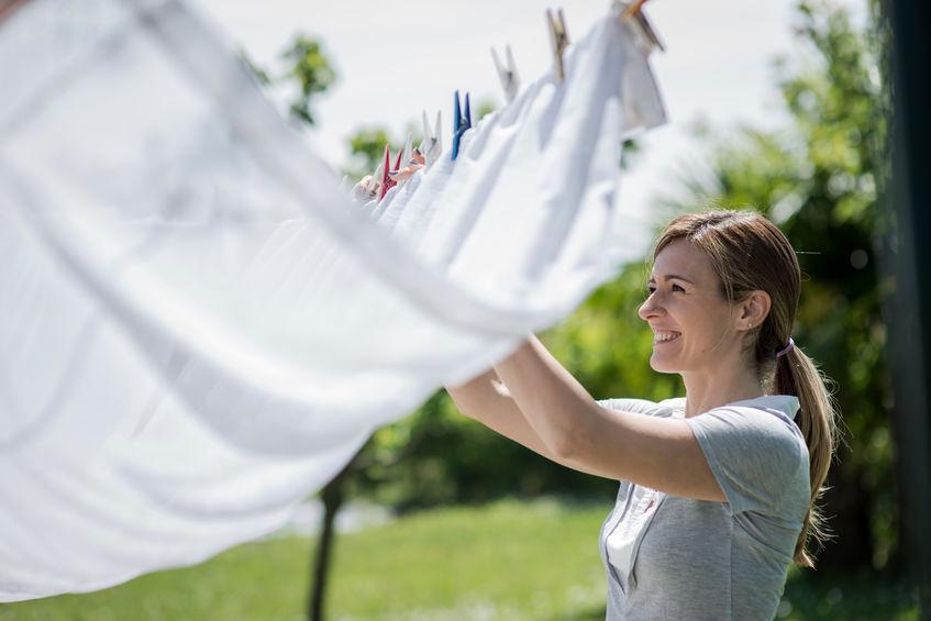 garota colocando roupas para secar