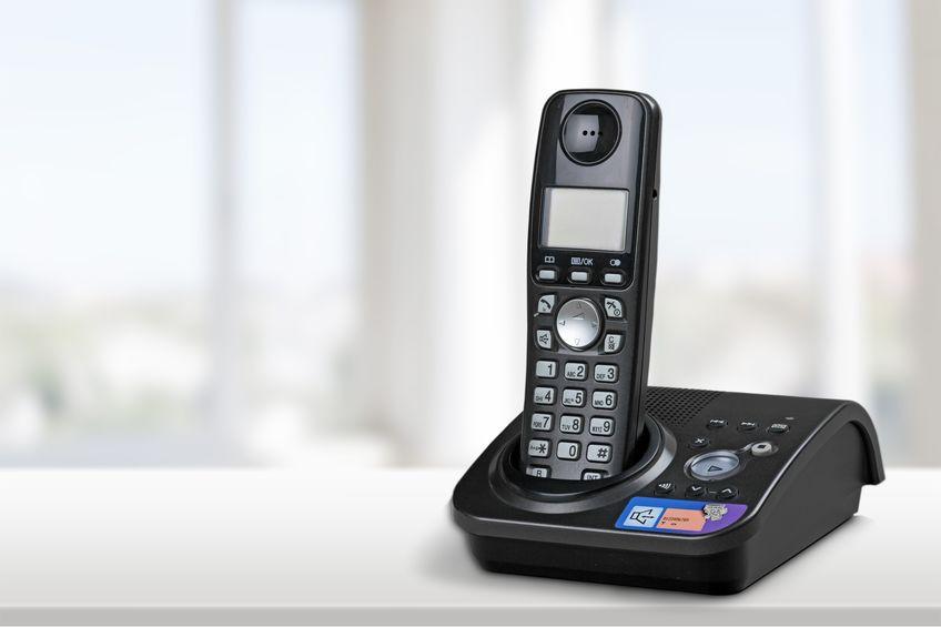 telefone da casa preto na mesa