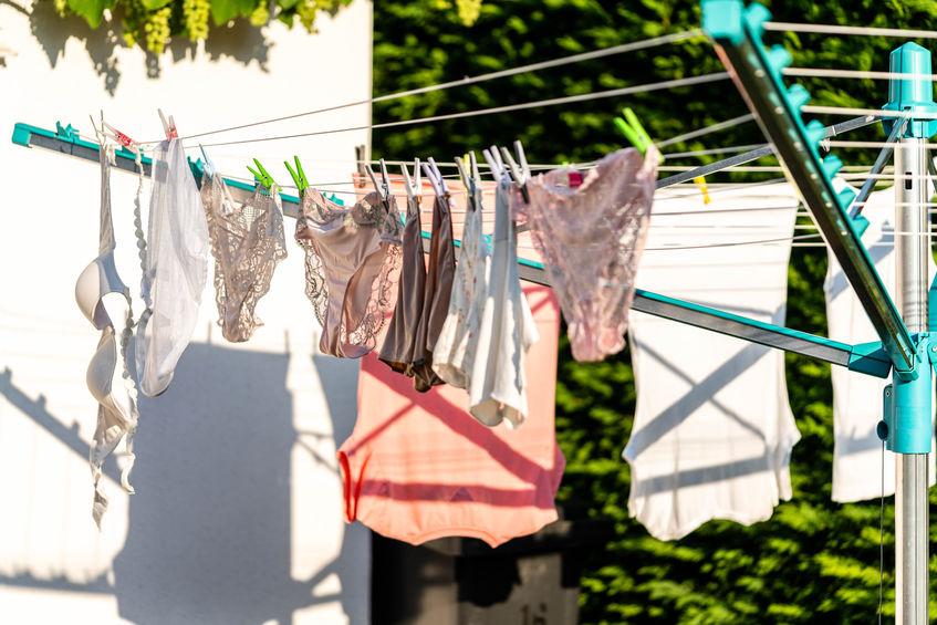 roupas secando no jardim