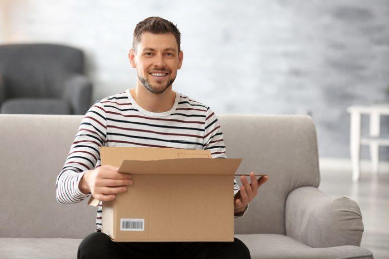 homem recebendo pacote
