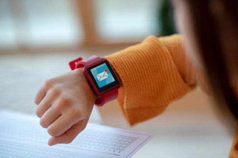 garota vestindo um smartwatch