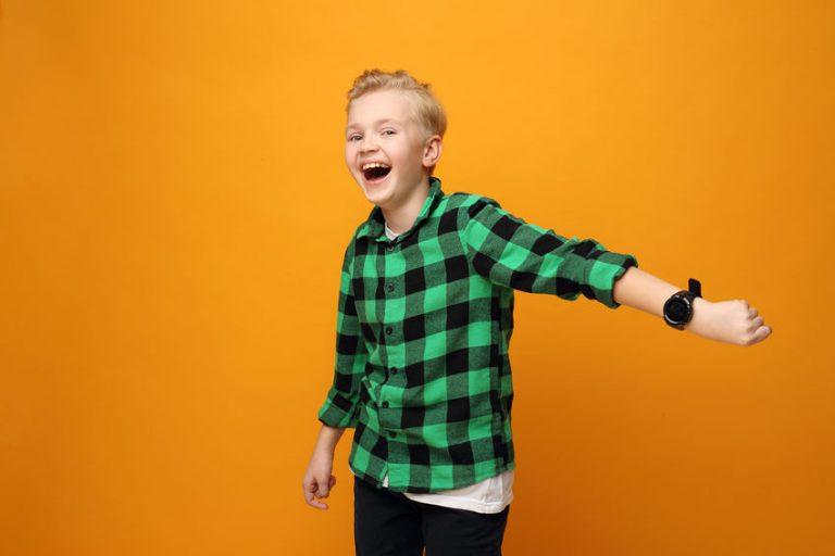 garoto feliz com seu smartwatch